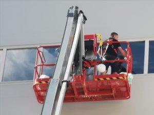 Reinigungsarbeiten an den Fenstern bei Recla in Vetzan